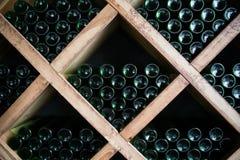 Garrafas do vinho em uma adega de vinho Foto de Stock