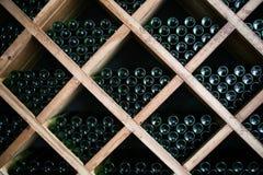 Garrafas do vinho em uma adega de vinho Fotografia de Stock