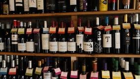 Garrafas do vinho em uma loja de vinho vídeos de arquivo