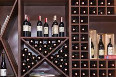 Garrafas do vinho nas prateleiras Fotografia de Stock Royalty Free