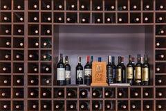 Garrafas do vinho nas prateleiras Fotos de Stock Royalty Free