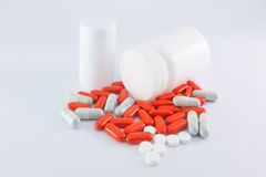 Garrafas e comprimidos da medicina no fundo branco Imagem de Stock