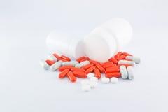 Garrafas e comprimidos da medicina no fundo branco Fotografia de Stock Royalty Free