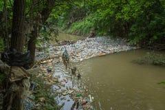 Garrafas e lixo no rio foto de stock royalty free
