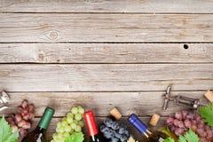 Garrafas e uvas de vinho Fotografia de Stock Royalty Free
