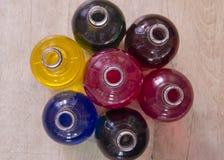 garrafas enchidas com o líquido de cores diferentes fotos de stock royalty free