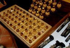 Garrafas pequenas do ouro em uma caixa Imagens de Stock Royalty Free