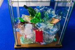 Garrafas pl?sticas amarrotadas em uma urna de vidro Uma pilha de garrafas pl?sticas amarrotadas O problema da reciclagem Reciclan imagens de stock