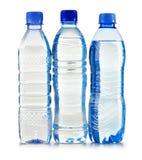 Garrafas plásticas da água mineral no branco Fotos de Stock Royalty Free