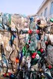 Garrafas plásticas na pilha, pronta para obter reciclado Reciclagem de garrafas plásticas velhas Pilha do embalado e reciclagem fotografia de stock royalty free