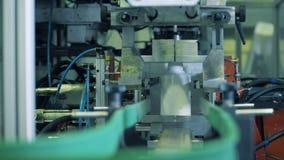 Garrafas plásticas que movem sobre uma linha da fábrica, trabalho automatizado filme