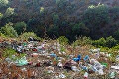 Garrafas pl?sticas, sacos e o outro lixo ao longo da estrada Lixo na borda da estrada Conceito da polui??o ambiental foto de stock royalty free