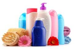 Garrafas plásticas de produtos do cuidado e de beleza do corpo sobre o branco Fotografia de Stock Royalty Free