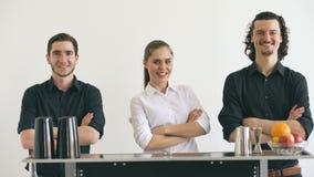 Garrafas profissionais do homem e da mulher do barman e cocktail de mnanipulação da agitação na tabela móvel da barra no estúdio  vídeos de arquivo