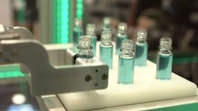 Garrafas robóticos do produto farmacêutico do braço video estoque