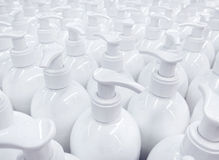 Garrafas sem etiqueta brancas do sabão líquido no supermercado, repetindo o pa Imagens de Stock