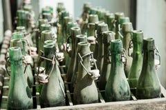 Garrafas vazias do álcool em uma tara Imagem de Stock