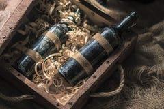 Garrafas velhas do vinho na rapagem de madeira fotografia de stock