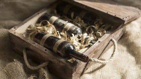 Garrafas velhas do vinho na rapagem de madeira foto de stock royalty free