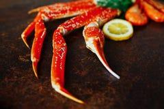 Garras e camarão do caranguejo com limão Imagem de Stock Royalty Free