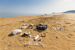 Garrbage sur la belle plage d'or dans Karpasia, Chypre Photo stock
