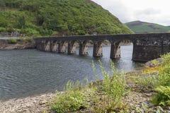 Garreg-ddu a submergé le barrage avec la route sur le dessus Photos stock