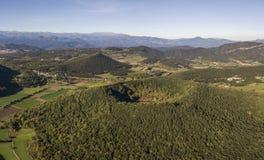 Garrotxa火山的区域自然公园和圣诞老人马加里达火山鸟瞰图在前景 免版税库存图片