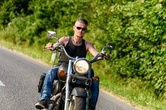 Gars dur sur le vélo de couperet dans le mouvement sur la route Photos libres de droits