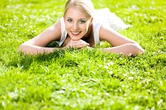 łgarska trawy kobieta Zdjęcia Royalty Free