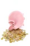 Łgarski różowy prosiątko bank z stosem euro monety Zdjęcia Royalty Free