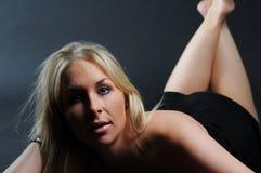 łgarskiego portreta seksowna kobieta Fotografia Royalty Free