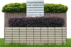 Garten auf einem Ziegelsteinzaun Stockfotos