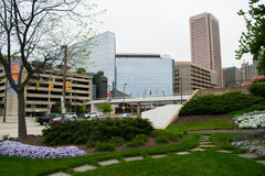 Garten-Bereich mit Gebäuden im Hintergrund im inneren Hafen lizenzfreie stockfotografie