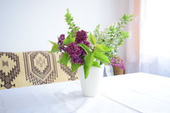 Garten-Blumen in einem Vase auf Tabelle durch Fenster Lizenzfreie Stockfotos