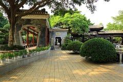 Garten chinesischen Klassikers Asiens mit Korridor, orientalischer Landschaftspark Bao Mo Garden mit Südchinatrachtenmode Stockbilder