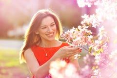 Garten der jungen Frau im Frühjahr Stockbild