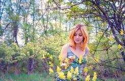 Garten der jungen Frau im Früjahr Stockbild