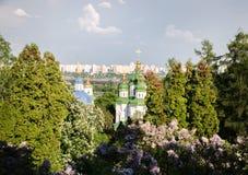 Garten der Kirche im Frühjahr stockfotografie