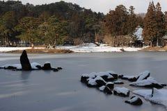 Garten des buddhistischen Tempels mit einem Teich im Winter in Japan Lizenzfreies Stockbild