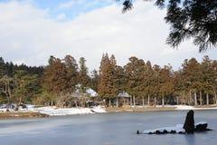 Garten des buddhistischen Tempels mit einem Teich im Winter in Japan Stockbilder