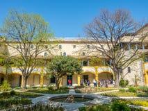 Garten des Krankenhauses in Arles, Frankreich lizenzfreie stockfotos
