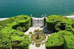 Garten des Landhauses durch den See stockfotografie