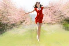 Garten des Mädchens im Frühjahr stockfotos