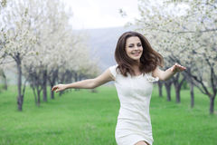 Garten des Mädchens im Frühjahr Lizenzfreie Stockbilder