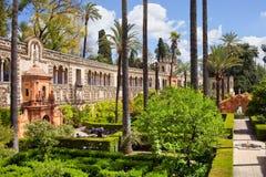 Garten des Teichs im wirklichen Alcazar von Sevilla Stockfotografie