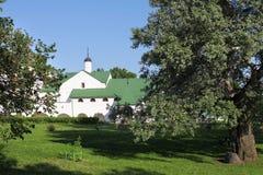 Garten im alten russischen Kloster Stockfotos