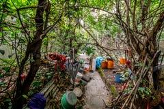 Garten im Zerfall mit Abfall Stockfoto
