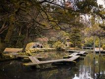 Garten-Laterne: Landschaftlich gestaltend und verzieren Sie Gartenjapan-Art Lizenzfreie Stockfotos
