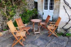 Garten-Möbel auf einem Patio Stockfotos