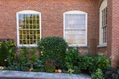 Garten mit Backsteinbau Lizenzfreies Stockbild